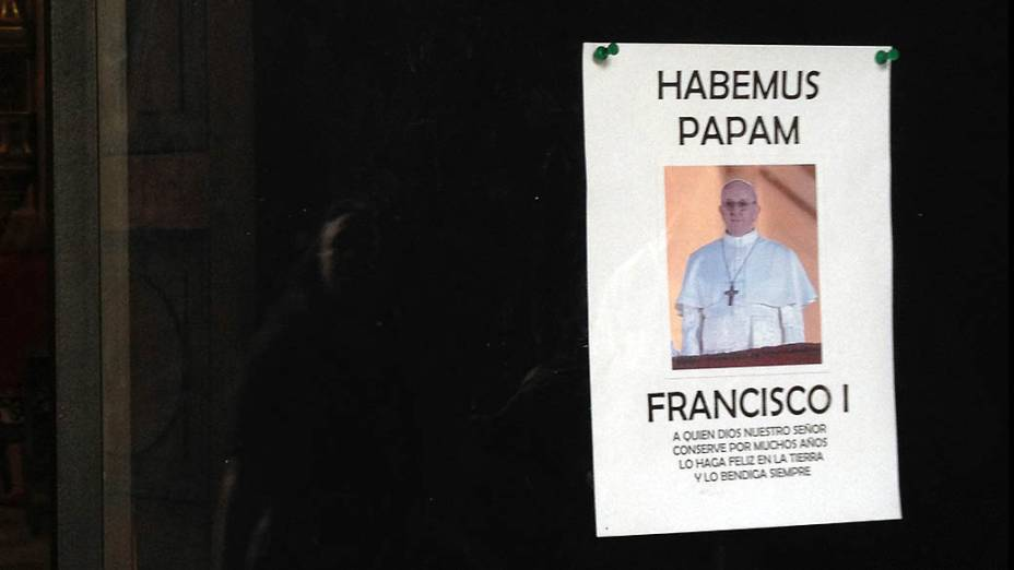 Cartaz de Habemus Papam na Catedral Metropolitana de Buenos Aires