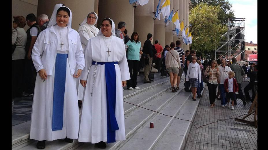Freiras em frente à Catedral Metropolitana de Buenos Aires