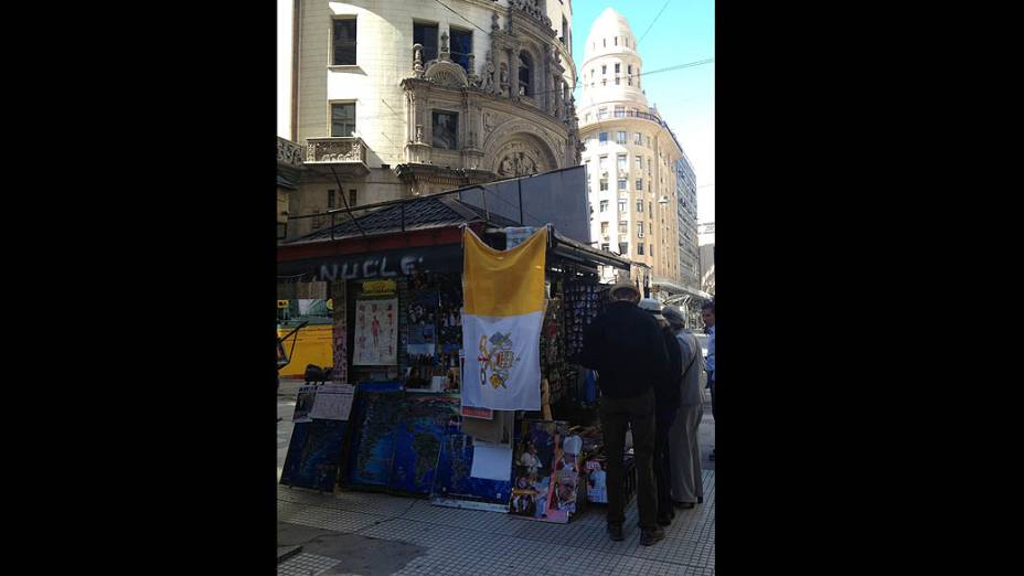 Banca com bandeira papal, em Buenos Aires