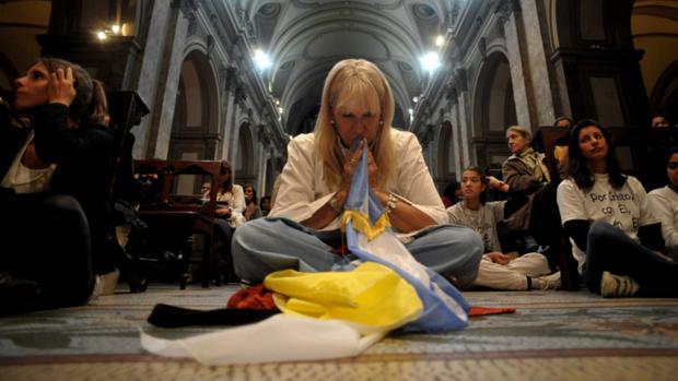 Fiéis rezam na catedral de Buenos Aires durante a missa de início do pontificado do papa Francisco