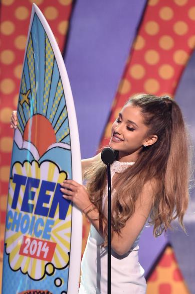 Ariana Grande recebe prêmio de melhor cantora no Teen Choice Awards 2014