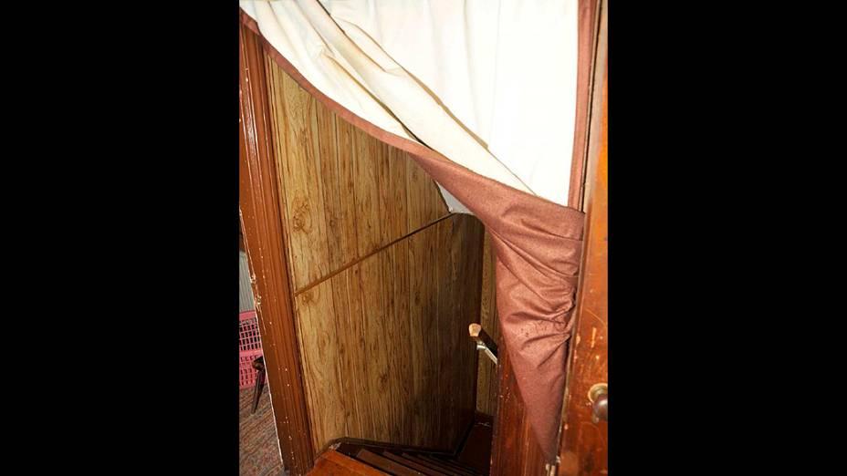 Escada de acesso ao porão na casa de Ariel Castro