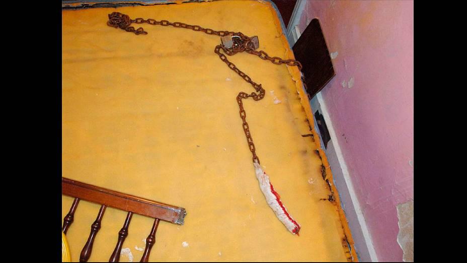 Corrente e adeados utilizados para prender as mulheres no cativeiro