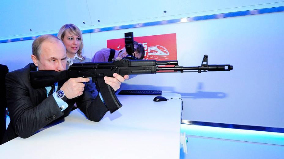 Vladimir Putin com um fuzil AK-47 no centro de investigação e tecnológico em Moscou, na Rússia