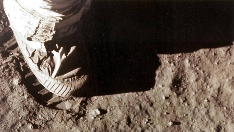 Armstrong deixa pegada de seu pé direito na Lua