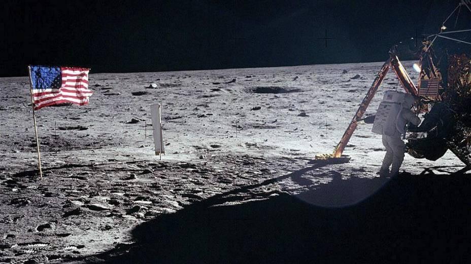 Armstrong saindo da Apollo 11 para pisar pela primeira vez na superfície lunar