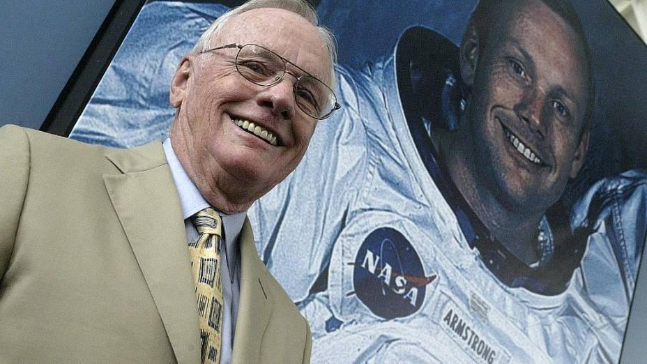 Armstrong posa ao lado de sua foto no Museu Príncipe Felipe de Valencia, em julho de 2005