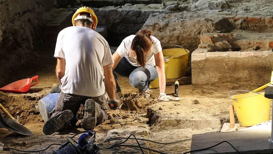 """Arqueólogos acreditam ter achado esqueleto da Mona Lisa. Arqueólogos afirmaram ter encontrado sob o piso de um convento em Florença, na Itália, os ossos de Lisa Gheradini, que teria posado para o quadro """"Mona Lisa"""", de Leonardo Da Vinci"""
