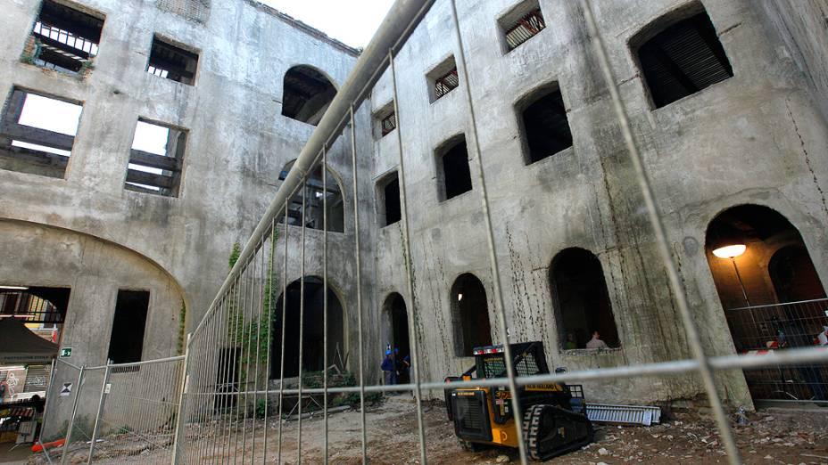 Pátio abandonado do convento de Santa Úrsula (Florença), onde estão sendo feitas as escavações