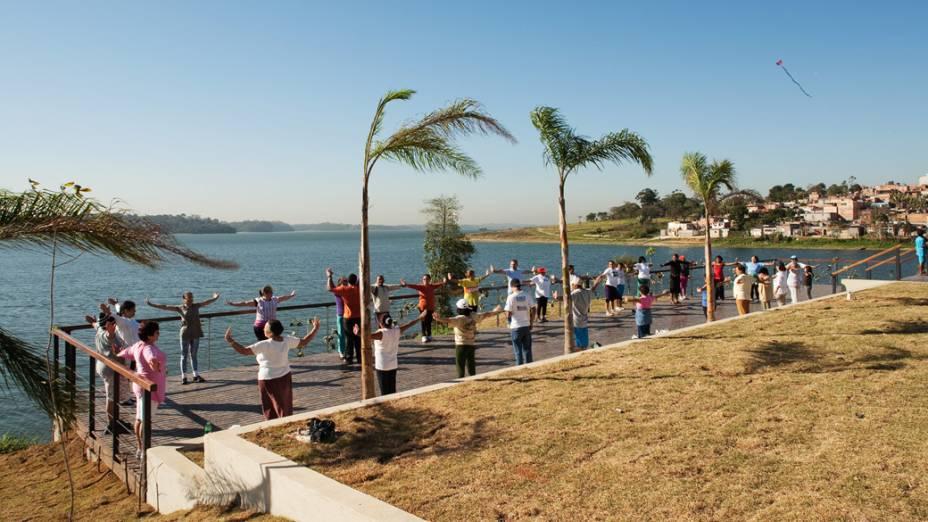 Grupo da terceira idade se exercitando às margens da Represa Billigns