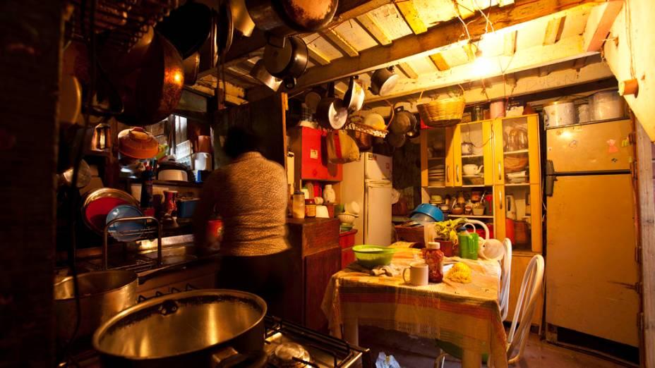 Cozinha da casa de um morador, antes da mudança para o Conjunto Habitacional Nova Jaguaré