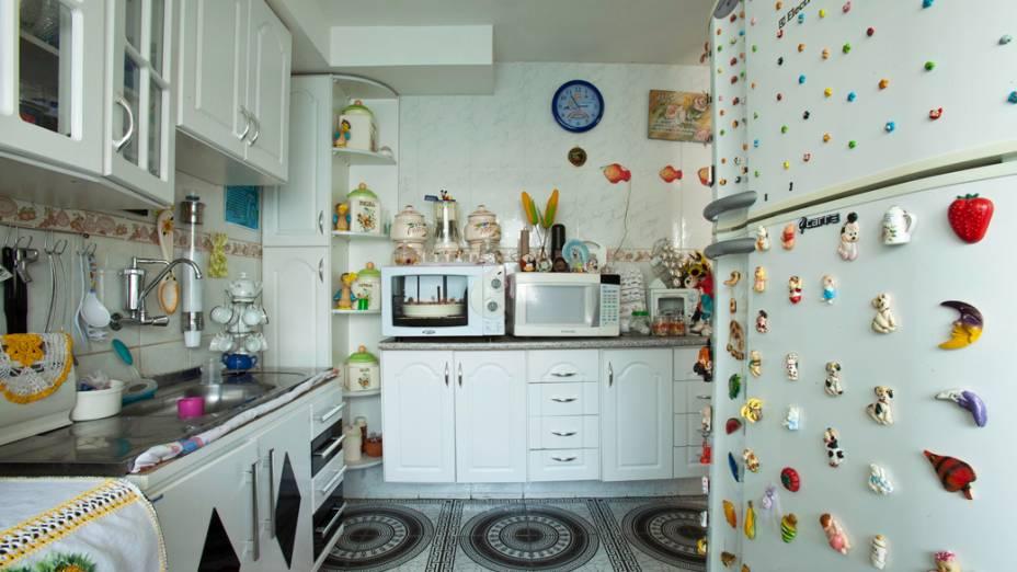 Cozinha da casa de um morador, depois da mudança para o Conjunto Habitacional Nova Jaguaré