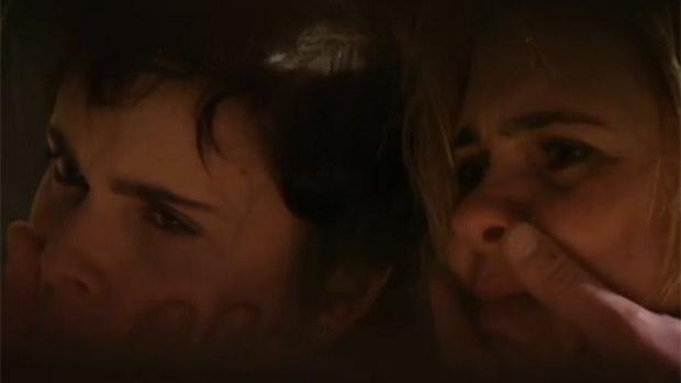 As arquiinimigas Nina (Débora Falabella) e Carminha (Adriana Esteves) são amarradas juntas por Max (Marcello Novaes), em Avenida Brasil