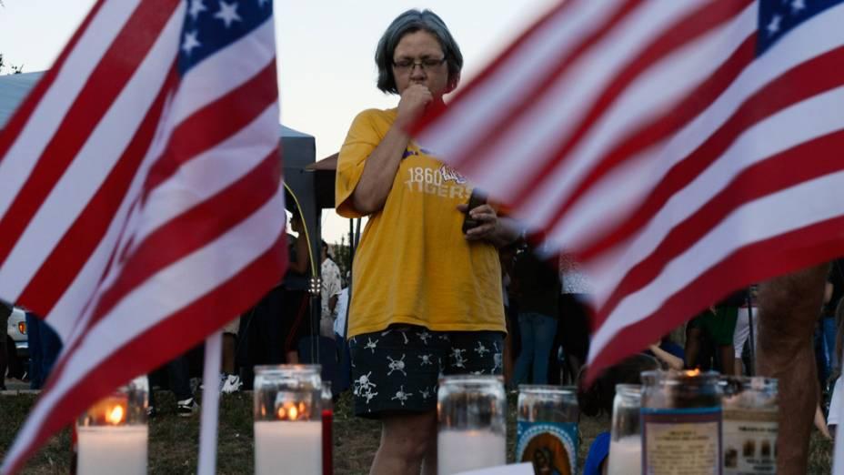 Milhares de pessoas durante uma vigília de oração para as vítimas do tiroteio de sexta-feira no cinema do Centro Municipal Aurora, Colorado