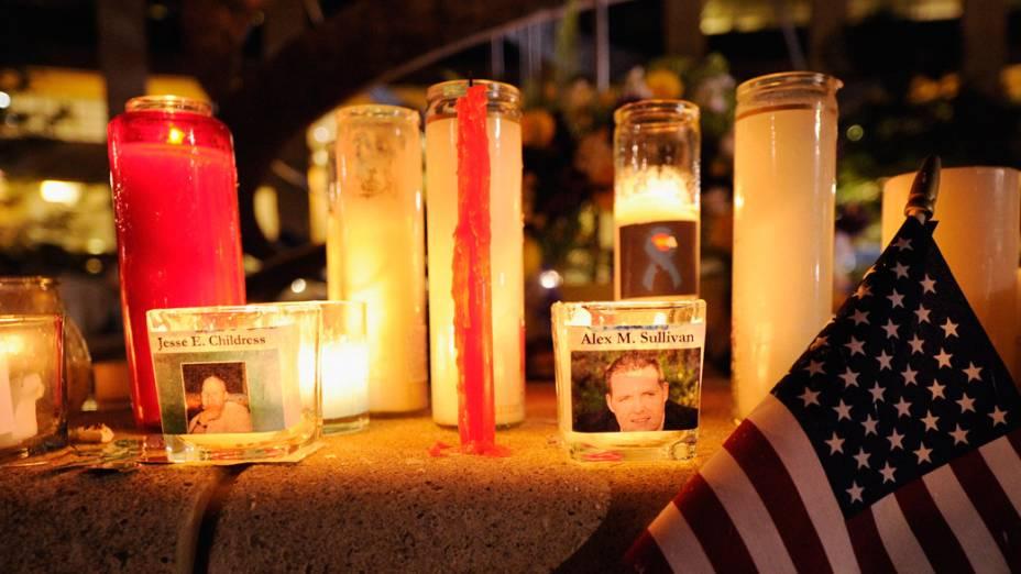 Milhares de pessoas realizam homenagens para as vítimas do tiroteio de sexta-feira no cinema do Centro Municipal Aurora, Colorado