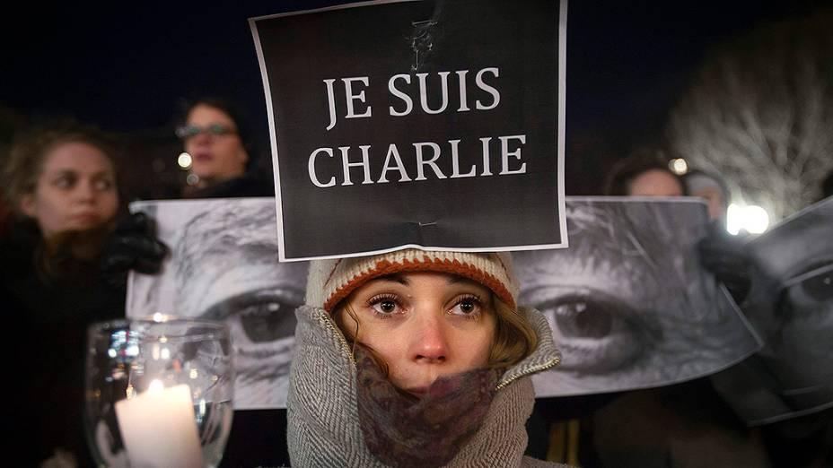 """Mulher segura um cartaz onde se lê em francês: """"Eu sou Charlie"""", depois que homens armados invadiram os escritórios da revista francesa Charlie Hebdo, em Paris. Pelo menos 12 pessoas morreram durante o ataque"""