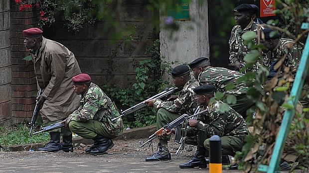 Soldados quenianos cercam shopping Westgate, em Nairóbi