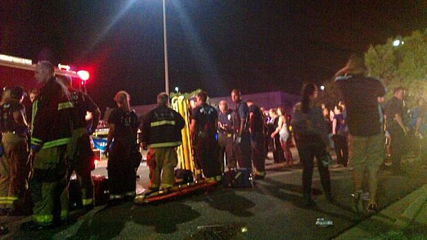 Policiais e paramédicos atendem vítimas fora do cinema em Denver
