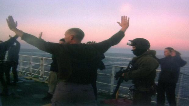 Foto divulgada pelo Greenpeace mostra agentes de segurança rusos no deque da embarcação usada pelos ativistas durante um protesto contra a exploração de petróleo no Ártico. Trinta ativistas foram presos