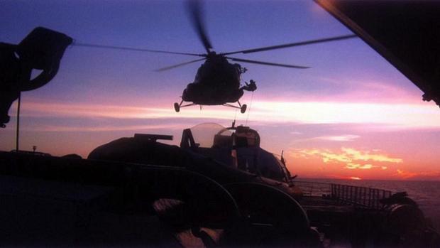 Fotografia feita no dia 19 de setembro registra helicóptero russo sobrevoando a embarcação onde um grupo de ativistas do Greenpeace foi detido enquanto protestava contra a exploração de Petróleo no Ártico