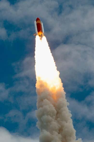 O ônibus espacial Atlantis após o lançamento da plataforma 39-A no Centro Espacial Kennedy, Cabo Canaveral, Flórida