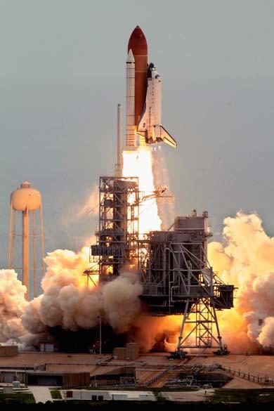 O ônibus espacial Atlantis é lançado da plataforma 39-A no Centro Espacial Kennedy, Cabo Canaveral, Flórida