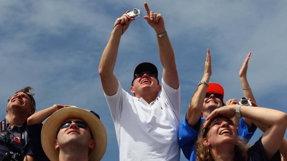 Pessoas assistem ao lançamento do ônibus espacial Atlantis em Cabo Canaveral, Flórida