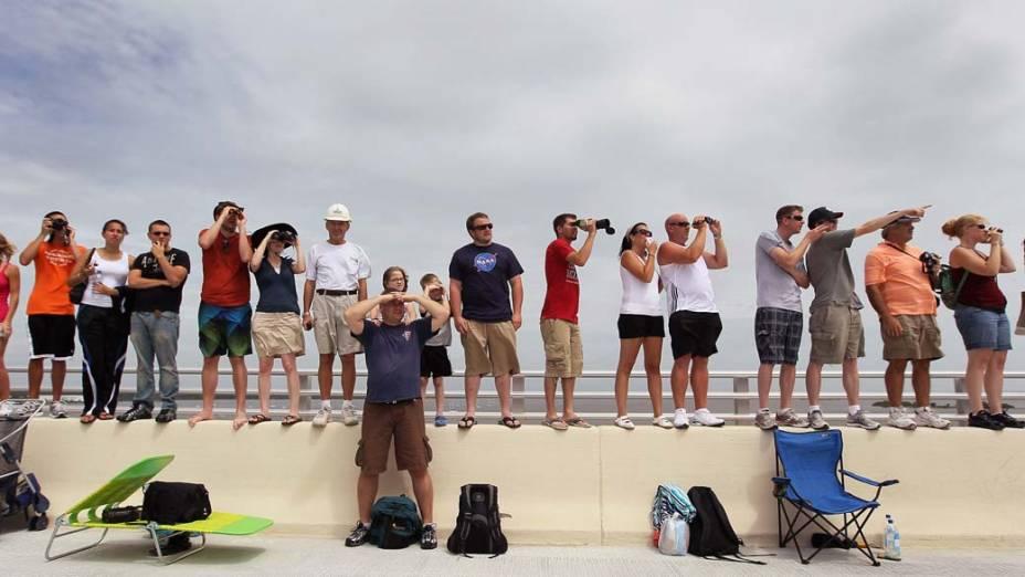 Pessoas assistem ao lançamento do ônibus espacial Atlantis em Titusville, Flórida