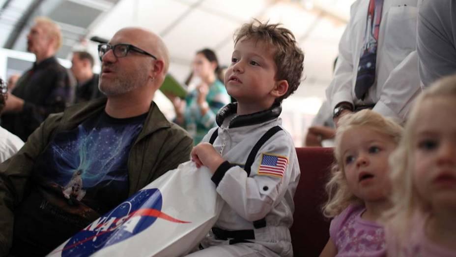 Pessoas assistem transmissão ao vivo do lançamento do ônibus espacial Atlantis em Moffett Field, Califórnia