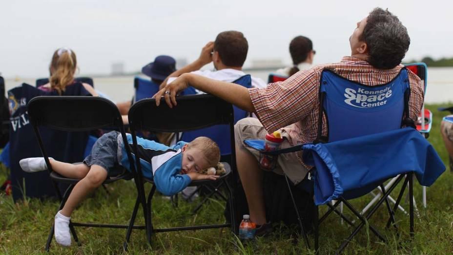 Pessoas esperam para assistir ao lançamento do ônibus espacial Atlantis em Cabo Canaveral, Flórida