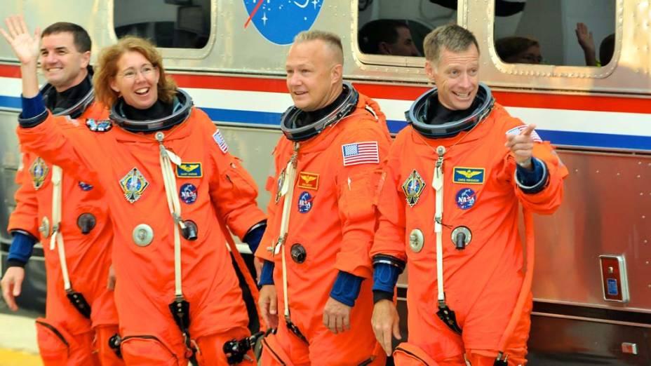 Os astronautas Rex Walheim, Sandra Magnus, o piloto Doug Hurley e o comandante Chris Ferguson em preparação para a contagem regressiva em Cabo Canaveral, Flórida