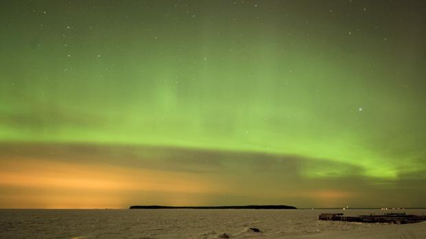 <p>Aurora Boreal é vista no céu de Tallinn, capital na Estônia</p>