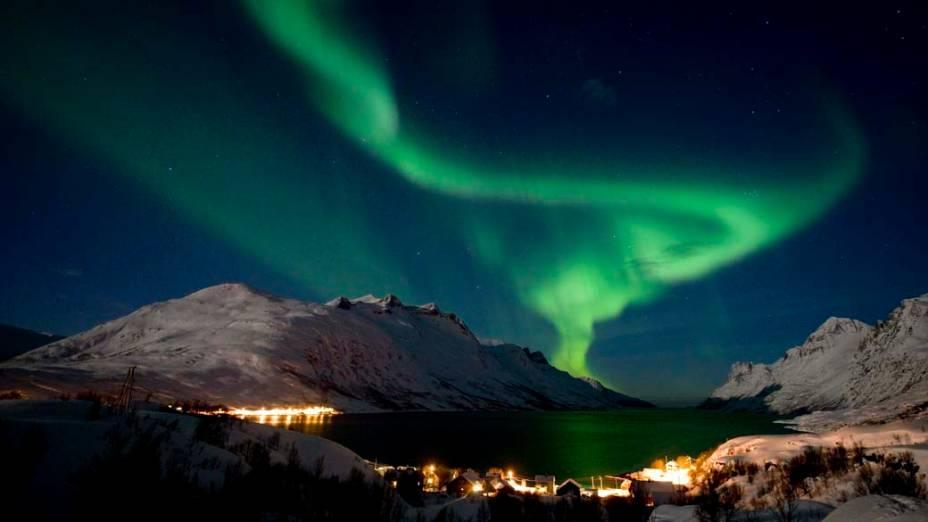 <p>Aurora Boreal ilumina o céu da vila de Ersfjordbotn, Noruega</p>