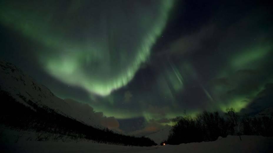 <p>Aurora boreal ilumina o céu de Kvaloya, Noruega</p>