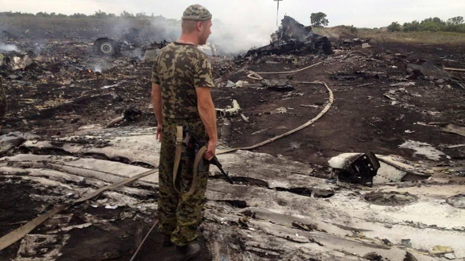 Oficiais do Ministério de Emergências trabalham no local onde o Boing 777 da Malaysia Airlines caiu na região de Donetsk, na Ucrânia oriental. Segundo as autoridades, o avião foi abatido sobre o território por militantes pró-Rússia, matando as 298 pessoas que estavam a bordo