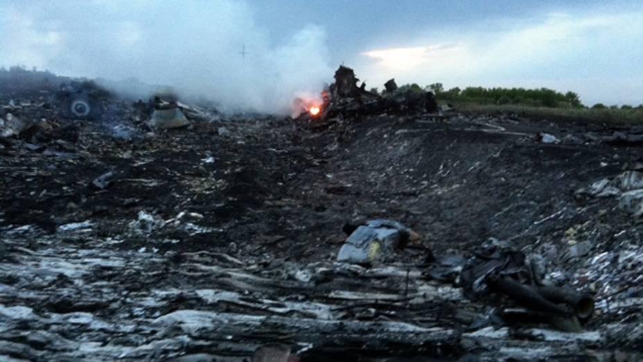 Destroços do avião da Malaysia Airlines transportando 298 pessoas de Amsterdã para Kuala Lumpur que caiu, em uma região controlada por rebeldes pró-Rússia no leste da Ucrânia