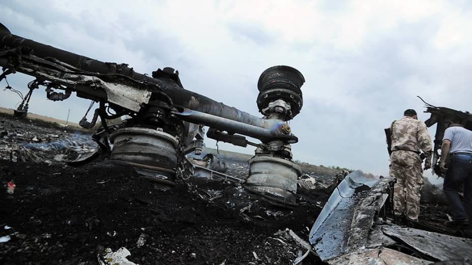 Trem de pouso do Boeing 777 da Malaysia Airlines aparece completamente destruído