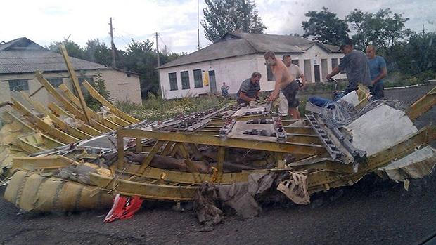 Moradores acham destroços do avião na Ucrânia