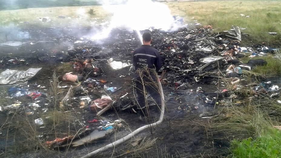 Destroços do avião da Malaysia Airlines transportando 295 pessoas de Amsterdã para Kuala Lumpur que caiu, em uma região controlada por rebeldes pró-Rússia no leste da Ucrânia