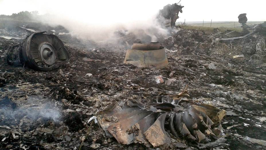 Destroços do Boing 777 da Malasya Airlines, abatido em território ucraniano, são vistos próximo a região de Donastek. Segundo informações de autoridades locais, a aeronave foi derrubada por um míssil, matando as 298 pessoas que estavam a bordo