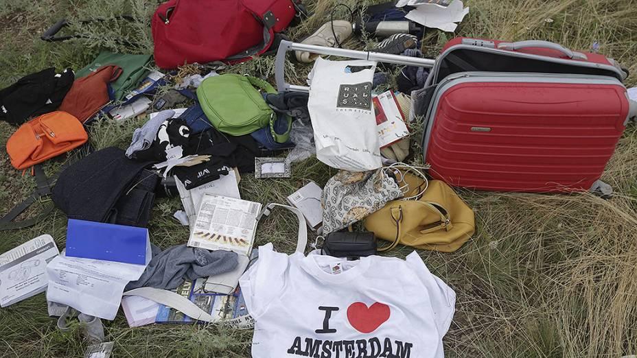 Objetos que estavam na bagagem dos passageiros do voo da Malaysia Airlines que foi abatido em Grabovka, na Ucrânia