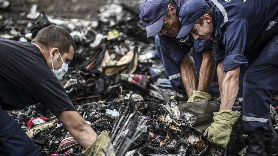Na imagem, equipes de resgate ucranianas procuramcorpos no local do acidente do Boing 777 daMalaysia Airlines, perto da aldeia de Grabove, na região de Donetsk.Líderes mundiaisexigiram cooperação imediata da Rússia em uma investigação sobre o abate da aeronave, que matou as 298 pessoas que estavam a bordo