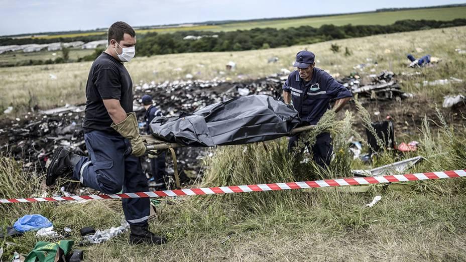 Equipes de emergência fazem a retirada dos corpos das vítimas no local do acidente da Malaysia Airlines, perto da aldeia de Hrabove, ao leste da Ucrânia. O país acusou a Rússia de ajudar rebeldes separatistas a destruir provas no local da queda do avião abatido