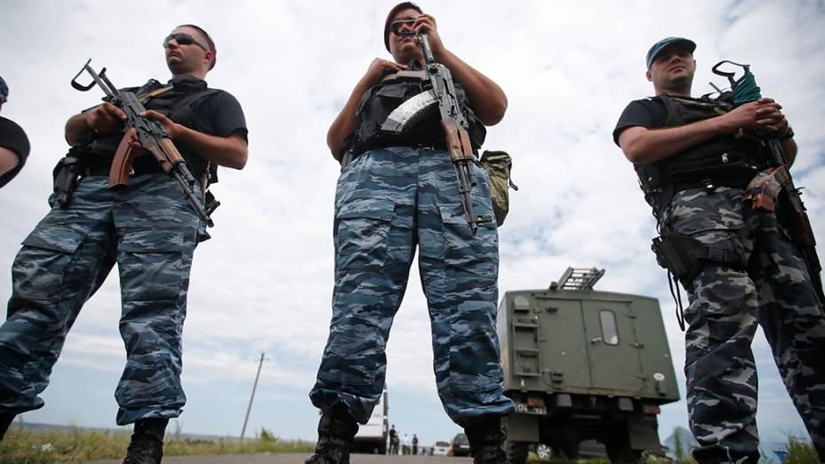 Separatistas pró-Rússiaficam de guarda no local do acidente da Malaysia Airlines, perto da aldeia de Hrabove, região Donetsk. Segundo informaram as autoridades, os soldados acompanham a retirada dos corpos do local