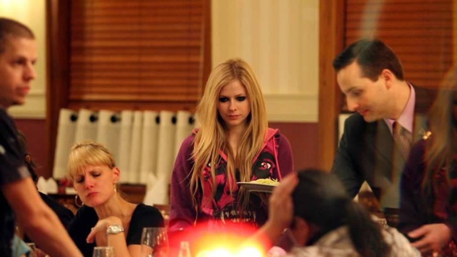 Avril Lavigne janta acompanhada do namorado após show em São Paulo