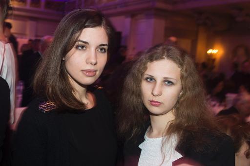 Nadezhda Tolokonnikova (E) e Maria Alyokhina (R) em Berlim no dia 10 de fevereiro de 2014