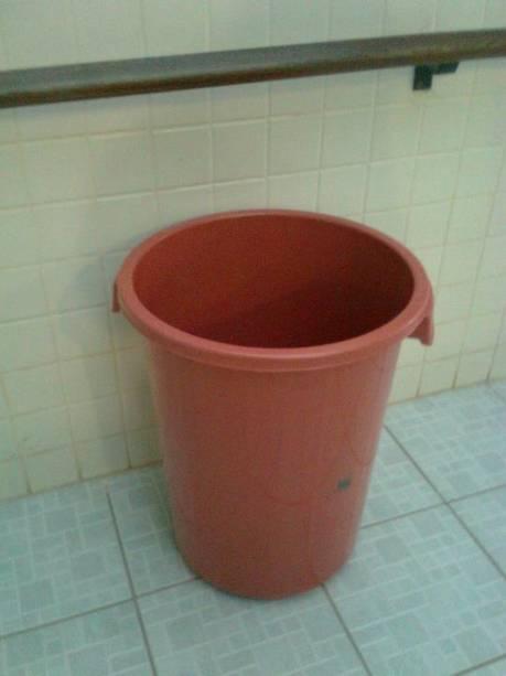 Cesto de lixo é improvisado como balde para as goteiras da escola