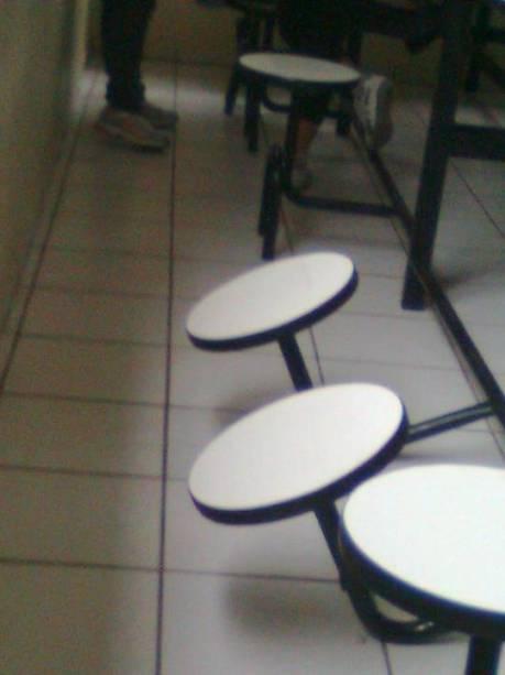 Adolescente também faz críticas ao refeitório, que possui bancos quebrados