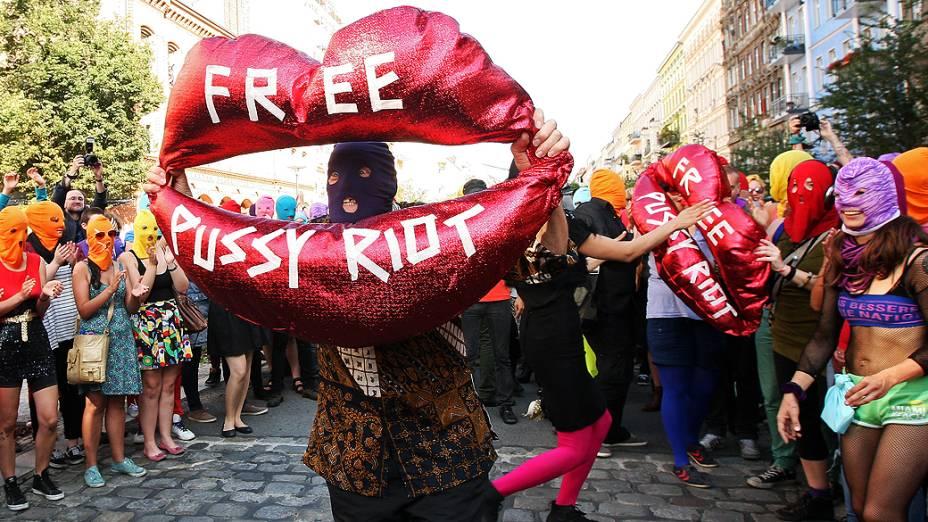 """Simpatizantes da banda feminina """"Pussy Riot"""" protestam em Berlim, na Alemanha, com balões onde se lê """"libertem Pussy Riot"""""""