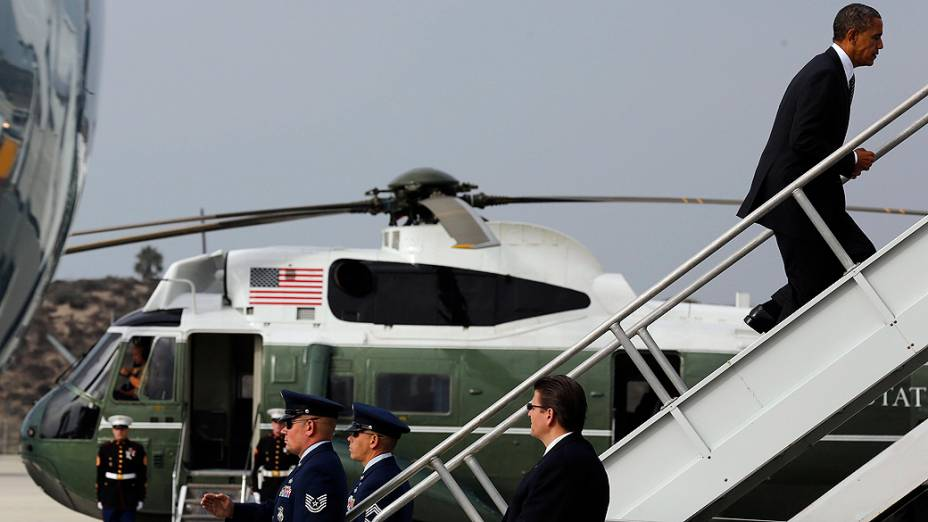 O presidente dos Estados Unidos, Barack Obama, embarca em Los Angeles para compromissos de campanha, em 08/10/2012
